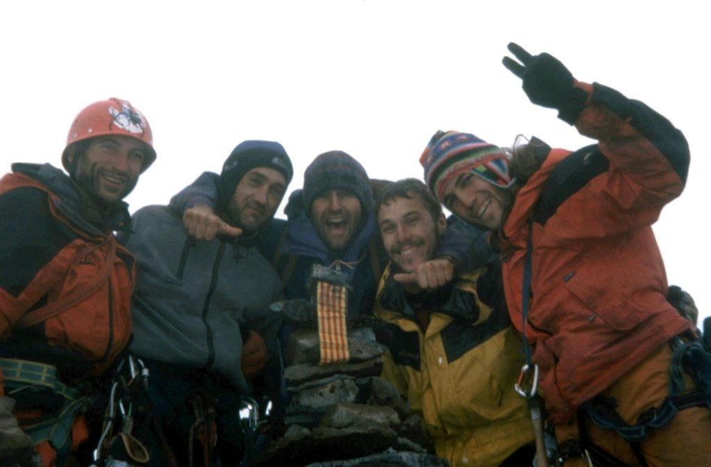 2001 (Patagònia). Xavi Teixidó, Manel Solís, Joanfra Farreras, Pau Barrios i Tato Esquirol. Al cim verge del Cerro Capicua